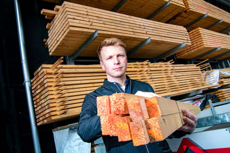 Sebastian Weimert, Geschäftsführer der Firma Weimert Bedachung in Döbeln, im Holzlager. Das ist noch etwas besser gefüllt als bei manch anderen Unternehmen, das mit Holz arbeitet.