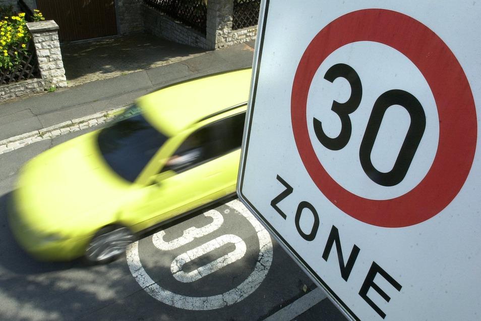 Die Schulleiterin wünscht sich Verkehrsberuhigung vor der Oberschule in Seifhennersdorf - zum Beispiel eine Tempo-30-Zone.