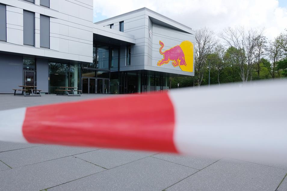 Zutritt verboten! Mit Ausnahme des 60-Personen-Trosses, mit dem sich RB Leipzig in Quarantäne begibt in der vereinseigenen Trainingsakademie.