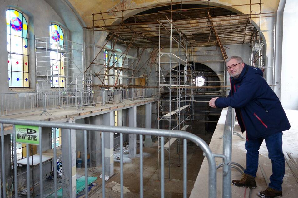 Fünf Bleiglasfenster sind schon eingesetzt. Daniel Cerný auf der Empore der Synagoge von Žatec. Der Unternehmer und Kommunalpolitiker will sie im nächsten Jahr für Besucher öffnen.