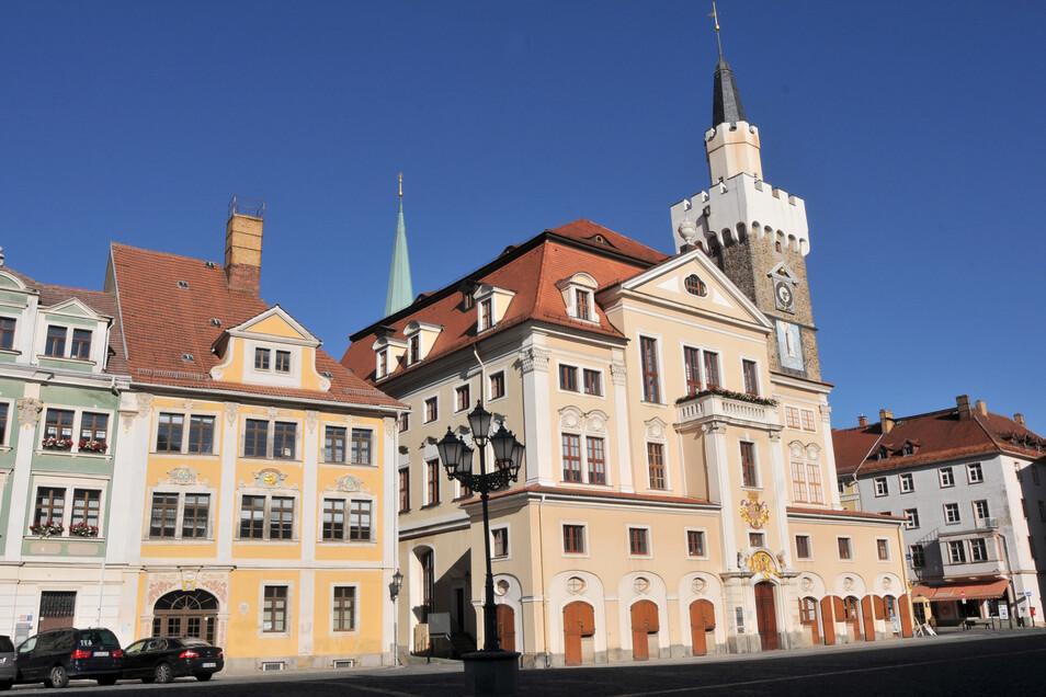 Am Löbauer Rathaus wird am 8. Juli die grün-weiße Flagge gehisst.