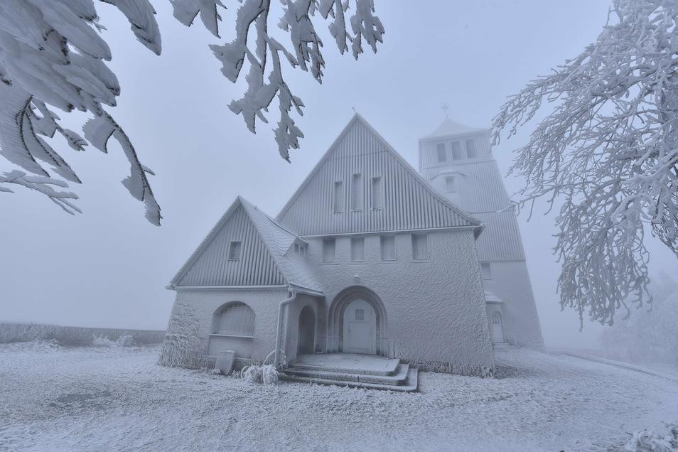 Die Kirche in Zinnwald hüllte sich in ein zartes Raureif-Kleid.
