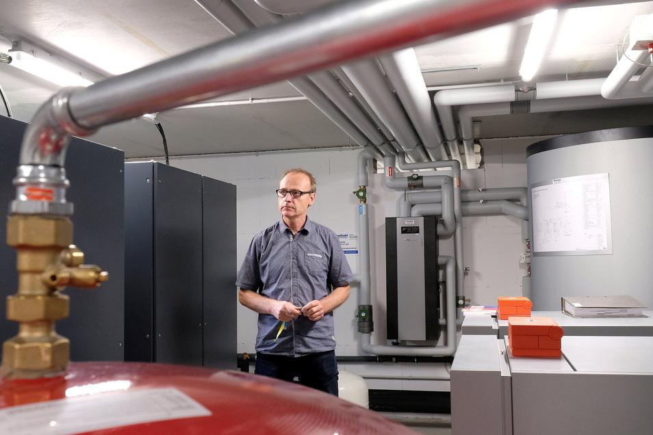 Im Keller sind Wärmepumpen, Anlagen zur Erdwärmegewinnung und zum Speichern von Elektroenergie untergebracht. Im Bild: Projektleiter Karsten Ruckau.