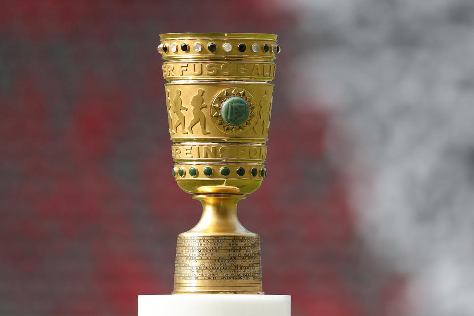 Um diese Trophäe geht es im DFB-Pokal, und noch ist der Wettbewerb nicht ganz abgesagt. Allerdings müssen bis zum Sommer noch Halbfinale und Endspiel ausgetragen werden. Das wird terminlich eng.