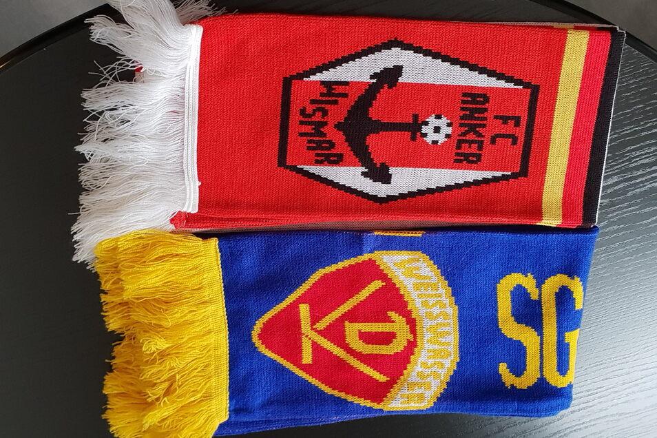 Nach dem SZ-Artikel bekam er von überall her weitere Fan-Schals angeboten. Diese zwei vom FC Anker Wismar und der SG Dynamo Weißwasser hatte er unter anderem gekauft.