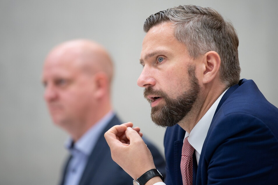 Henning Homann (l), SPD-Generalsekretär, und Noch-Parteichef Martin Dulig (SPD) freuen sich über den Wahlerfolg. Sie hoffen auf neuen Schwung in der Regierungskoalition.
