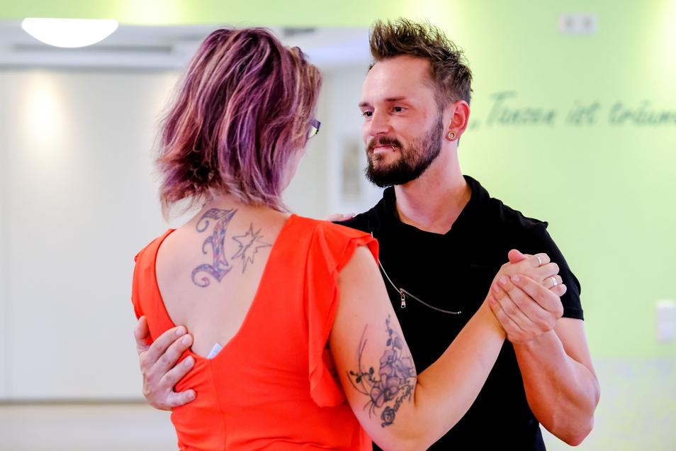 In der Tanzschule Linhart können Einsteiger und Erfahrene sowie Jung und Alt das Tanzbein schwingen.
