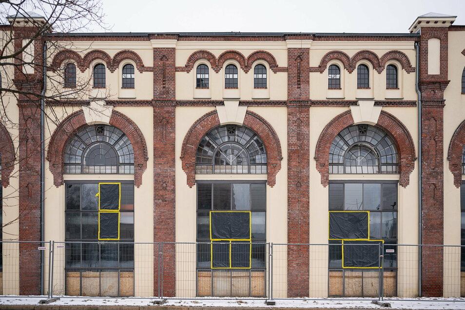 Die kaputten Fensterscheiben sind zugeklebt, ein Bauzaun steht davor: Der Eigentümer hat das Gelände der Kema auf der Pomologischen Gartenstraße in der Görlitzer Südstadt gesichert.