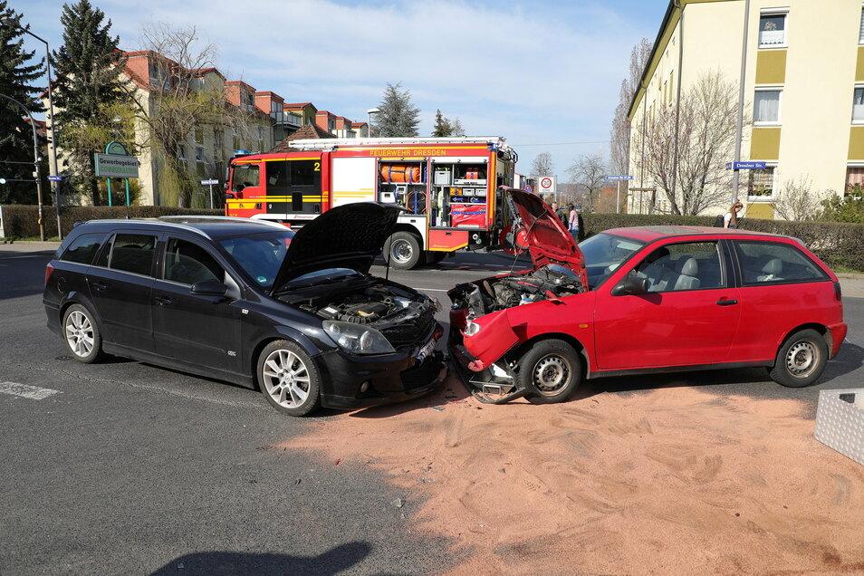 Auf der  Kreuzung Dresdner Straße (B 6)/Grüner Weg kam es zum Zusammenstoß, ein Fahrer wurde verletzt.