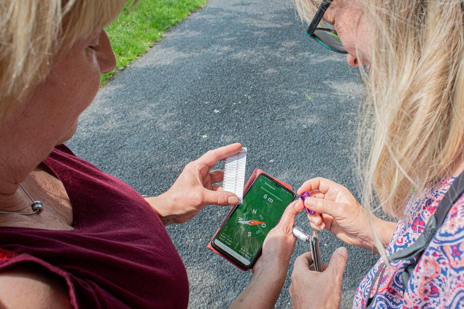 Für die Schatzsuche braucht man auf jeden Fall ein GPS-taugliches Gerät, also zumindest ein Smartphone. In der App ist auch ein Kompass enthalten.