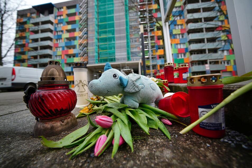 Auch fünf Wochen nach dem Brand erinnern frische Blumen, Kerzen und ein Kuscheltier an den Zweijährigen, der damals ums Leben kam. Das Haus wird unterdessen wieder auf Vordermann gebracht.