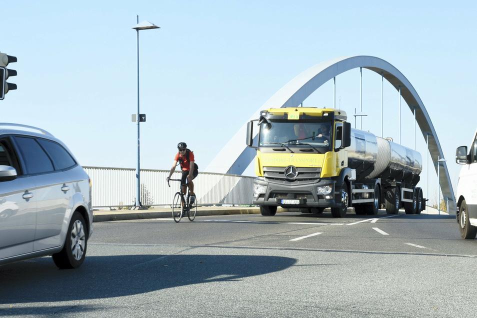 Die Hafenbrücke ist eins der Nadelöhre, über die in der Stadt der Lkw-Verkehr rollt.