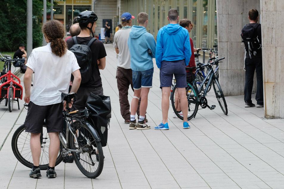 Andrang in den Werkstätten: Kunden stehen in Leipzig vor der Tür des Fahrradgeschäfts Schlange.