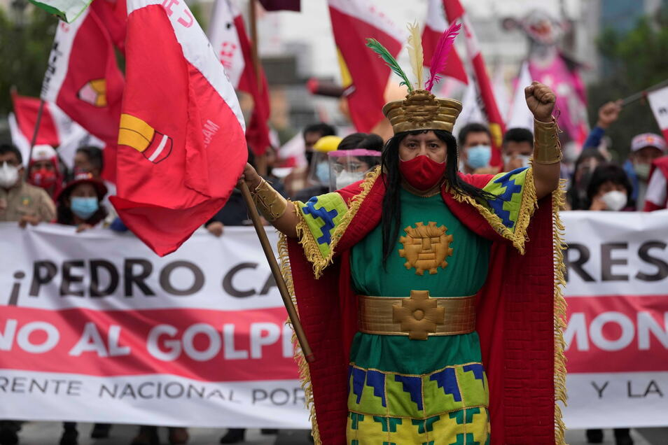 Lima: Menschen marschieren zur Unterstützung des Präsidentschaftskandidaten Pedro Castillo.