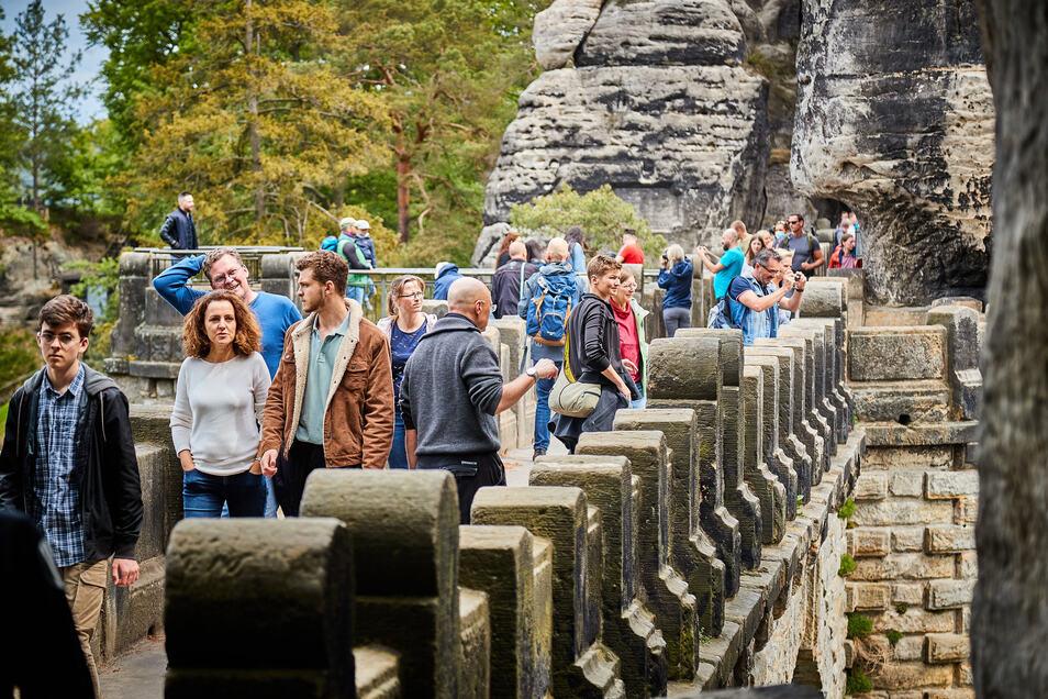 Auf der Basteibrücke in der Sächsischen Schweiz: die Touristen haben das lange Himmelfahrt-Wochenende für Ausflüge genutzt.