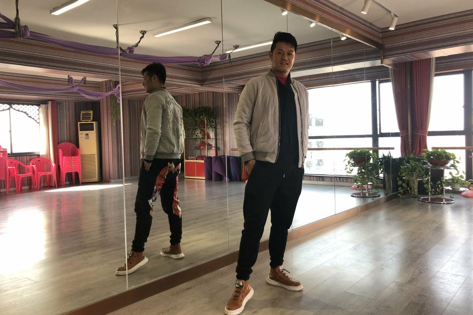 Auch für Dong Haokun (l.), der in Wuhan ein Tanzstudio betreibt, ist die Pandemie nahezu aus dem Alltag verschwunden.