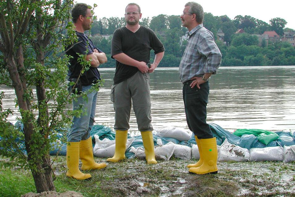 Die Klärwerker sind in diesen dramatischen Augusttagen 2002 im Dauereinsatz, so auch Klärwerkschef Gert Bamler (M.).