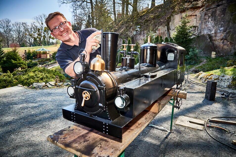 """Im Miniaturpark """"Kleine Sächsische Schweiz"""" in Dorf Wehlen macht Jan Lorenz wieder Dampf. Hier an der Dampflok """"Franziska"""", einer Miniaturbergbahn für bis zu zwölf Passagiere, die durch den Park rollt."""