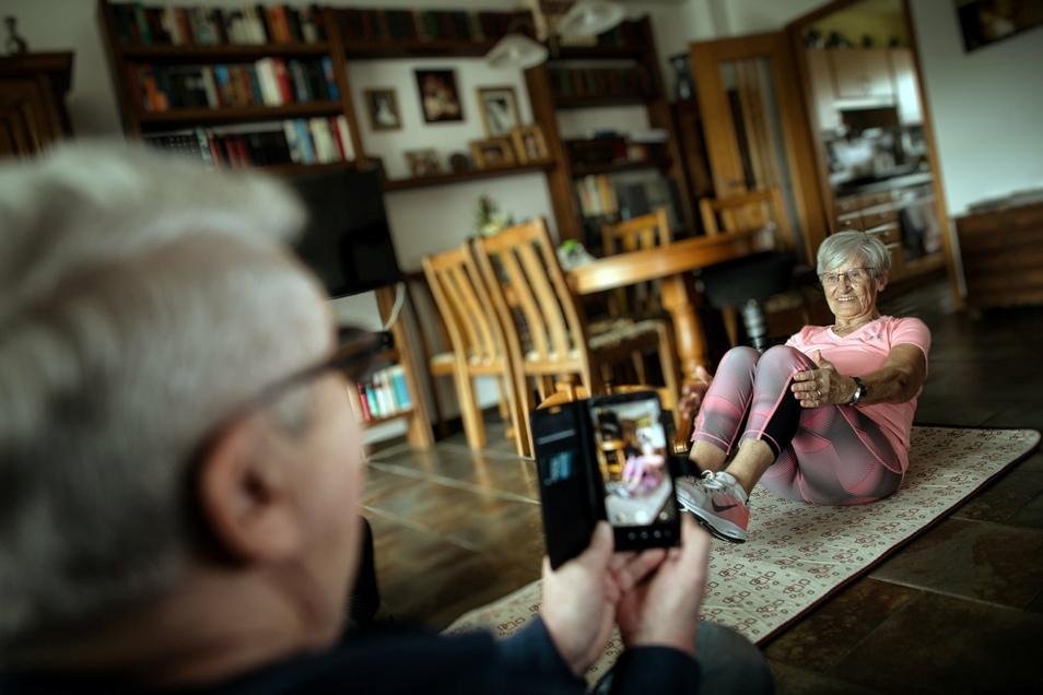 Erika Rischko wird von ihrem Mann Dieter für ihre Social-Media-Auftritte in ihrem Wohnzimmer gefilmt.