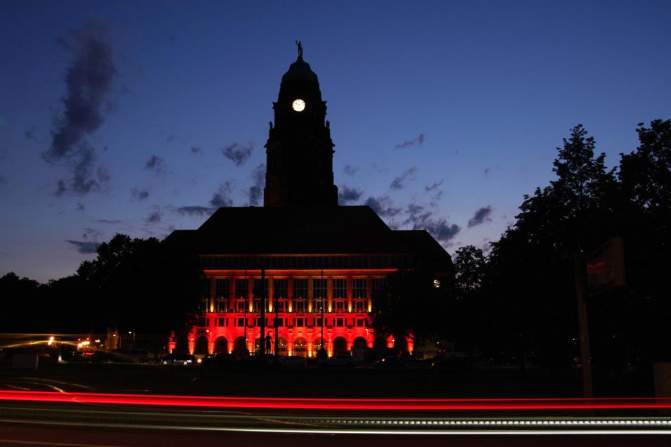 Auch das Dresdner Rathaus wurde rot angestrahlt.