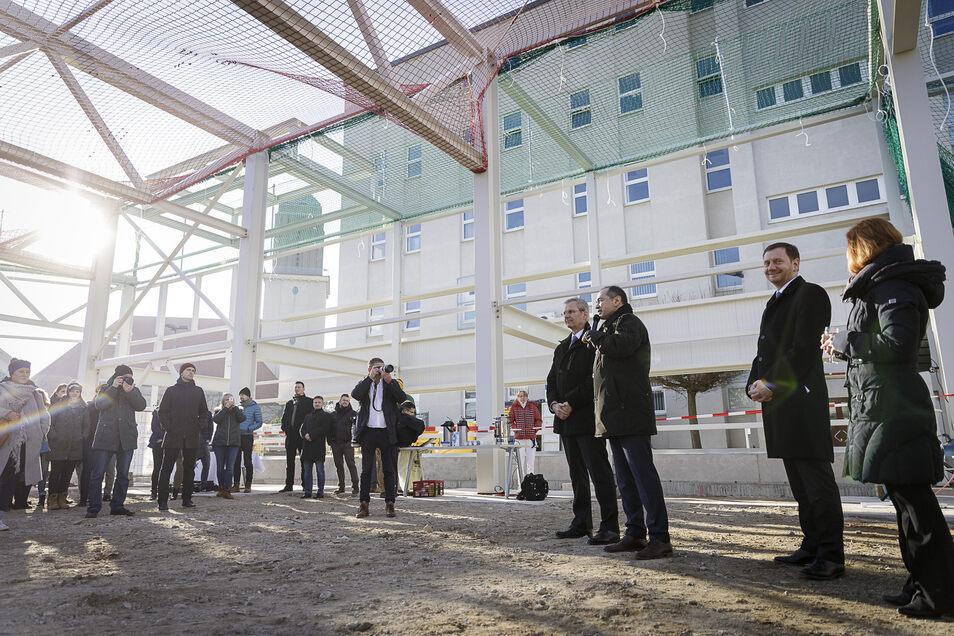 Partec-Geschäftsführer Michael Esther (4.v.r.) freut sich mit OB Octavian Ursu (3.v.r.) und Ministerpräsident Michael Kretschmer (2.v.r.) über den Baufortschritt.