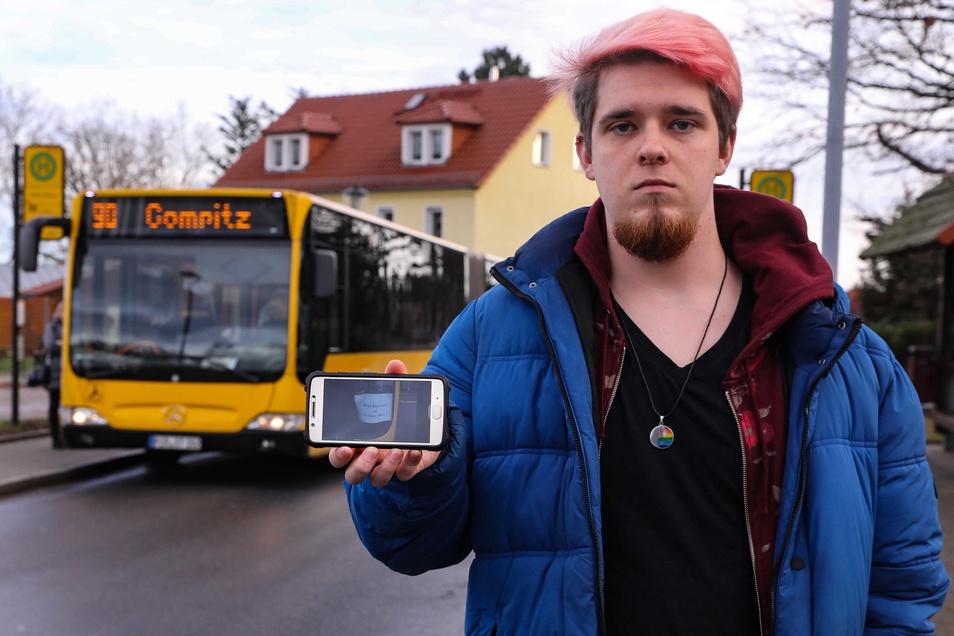 Peter Dörffel hat den Zettel in Frakturschrift entdeckt und ein Foto davon auf Twitter an die Dresdner Verkehrsbetriebe gesendet. Diese reagierten prompt.
