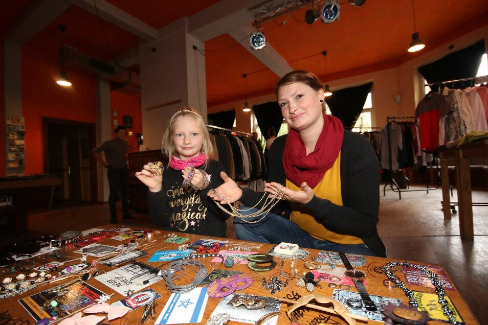 Die siebenjährige Mia interessiert sich bei der Kleiderbörse im Café Courage sehr für Schmuck. Ihre Mutter Julia Kaltofen hat auch ihren Kleiderschrank aufgeräumt und Teile beigesteuert.