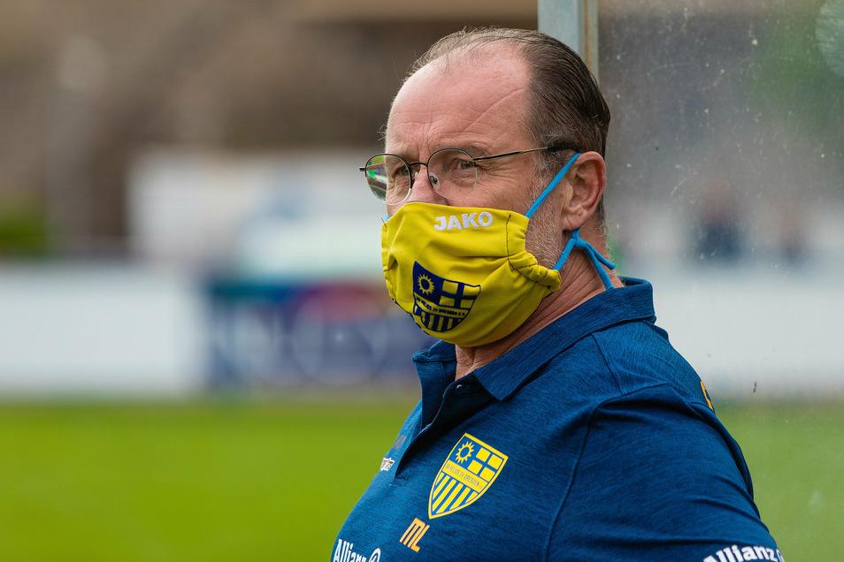 Helios-Mann durch und durch: Mannschaftsleiter Thomas Nych trägt eine Vereins-Maske.