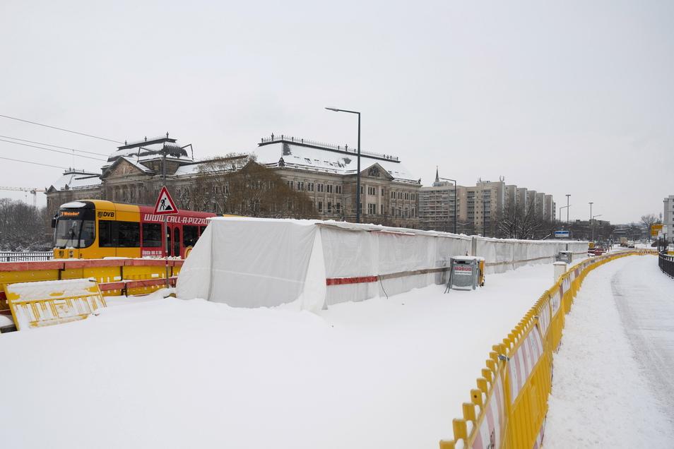 Dieses Zelt hatten die Brückenbauer im Winter aufgebaut, um bei den Dichtungsarbeiten weiter voranzukommen. Wegen der extremen Kälte mussten sie die Arbeiten dennoch zeitweise unterbrechen.