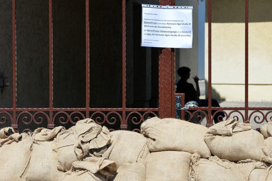 Beim Elbe-Hochwasser im Juni 2013 waren auch auf dem Anger in Altkötzschenbroda zum Schutz Sandsäcke aufgestapelt worden. Die neu in Radeburg einzulagernden sind allerdings nicht aus Jute, sondern aus Kunststoff. Das ist preiswerter.