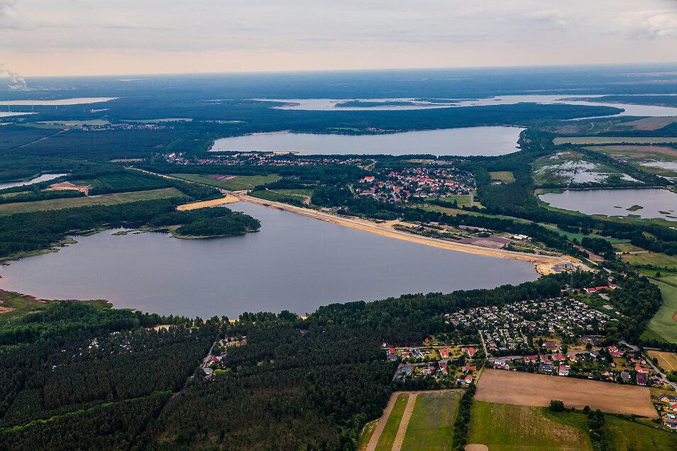 Die Luftaufnahme des Silbersees von 2015 zeigt die Sanierung des Bahndammes und der Bereiche O und T. An dem Stück rechts wird auch die Einsetzstelle platziert.