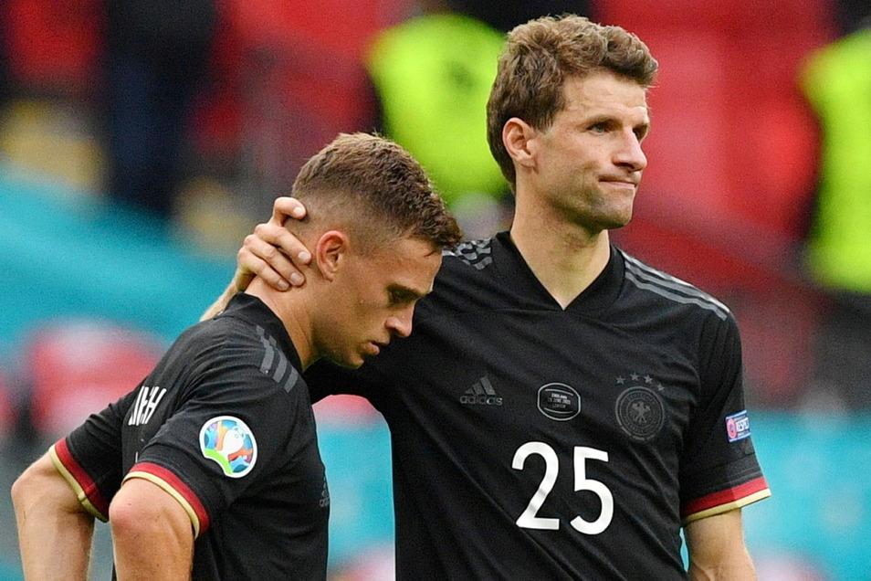 Nach dem Achtelfinal-Aus der deutschen Mannschaft können die Bayern-Stars Joshua Kimmich (l.) und Thomas Müller früher zu ihrem Klub zurück.