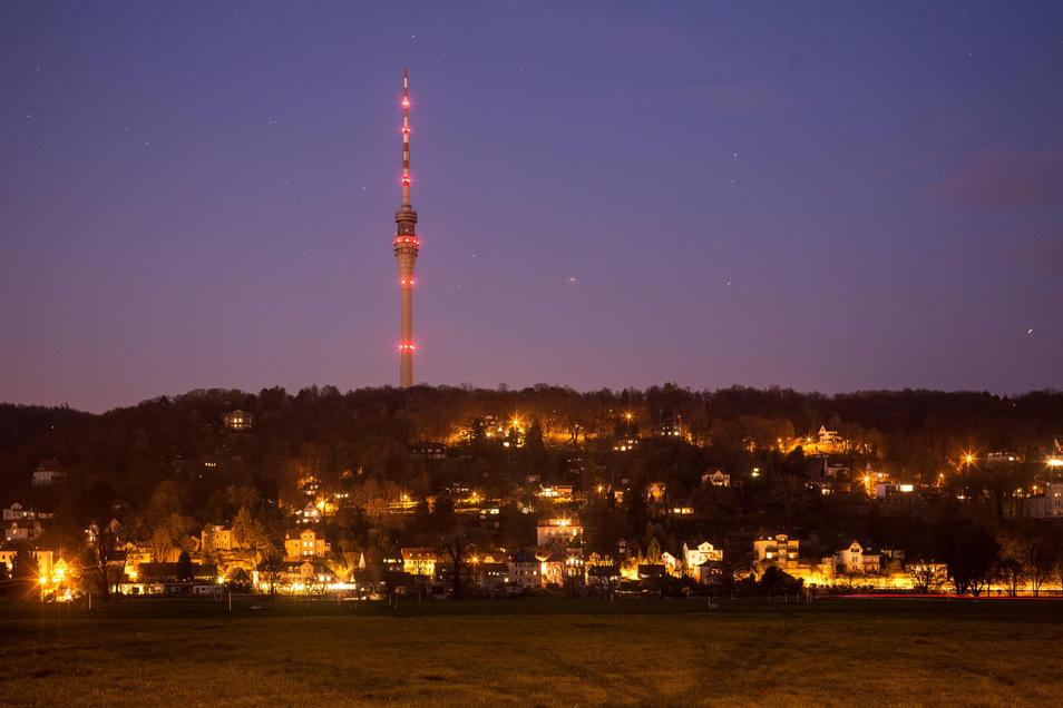 In der Nacht zum kommenden Dienstag werden 80 LED-Scheinwerfer den Dresdner Fernsehturm in rotes Licht tauchen. Die Antenne soll weiß leuchten.