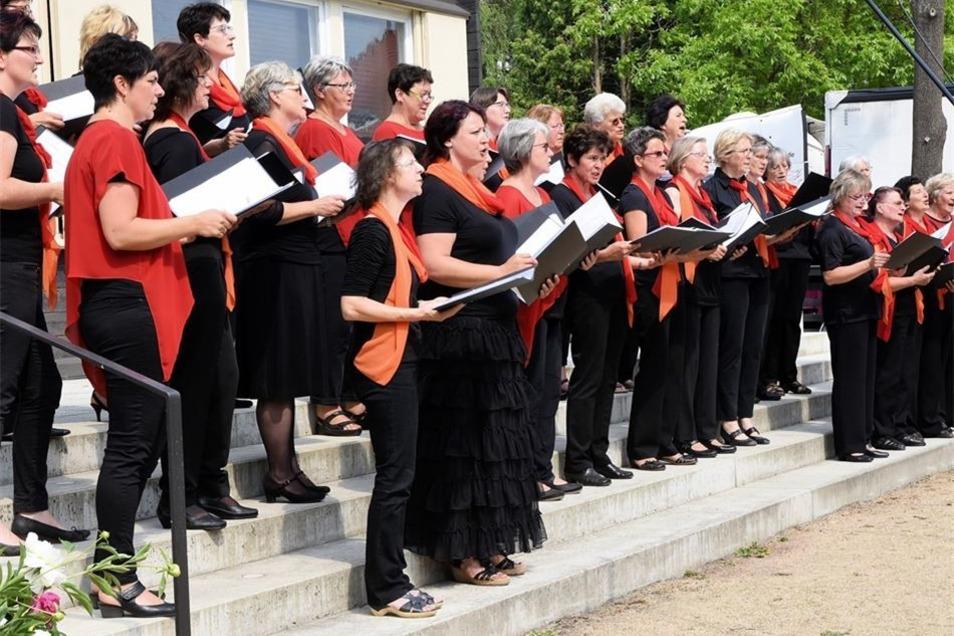 Der Frauenchor Niesky eröffnet mit mehreren Frühlingsliedern seinen Programmblock während des 3. Chorkonzertes im Garten des Wachsmannhauses.