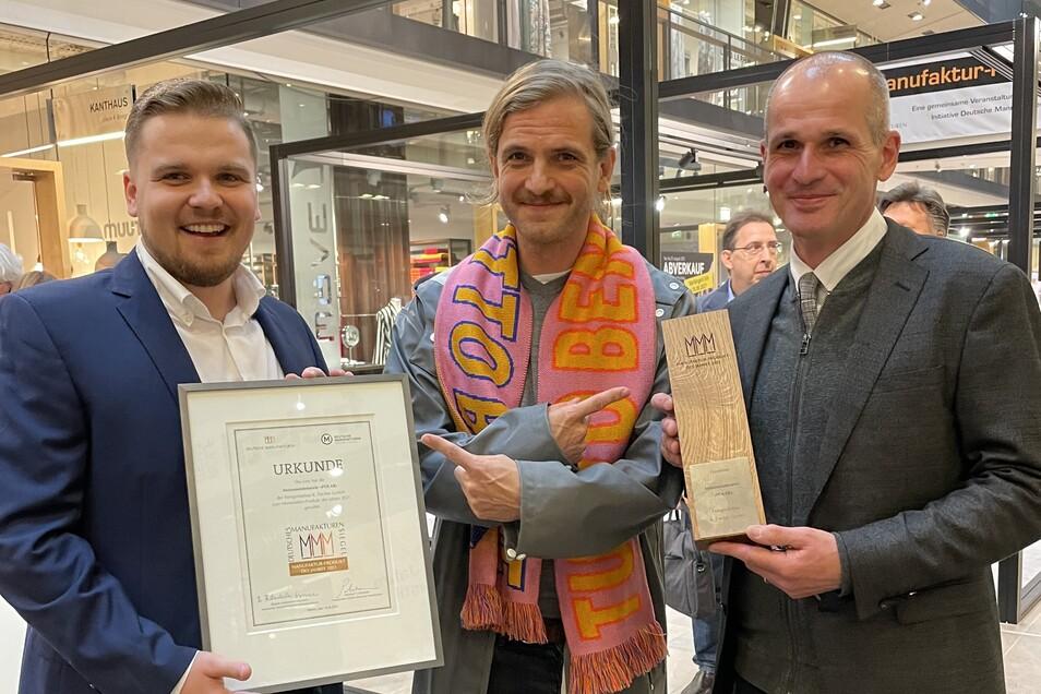 Geschäftsführer Christoph Juppe, Designer Mark Braun und Vertriebsleiter Peter Fischer freuen sich über den Deutschen Manufakturen-Preis.