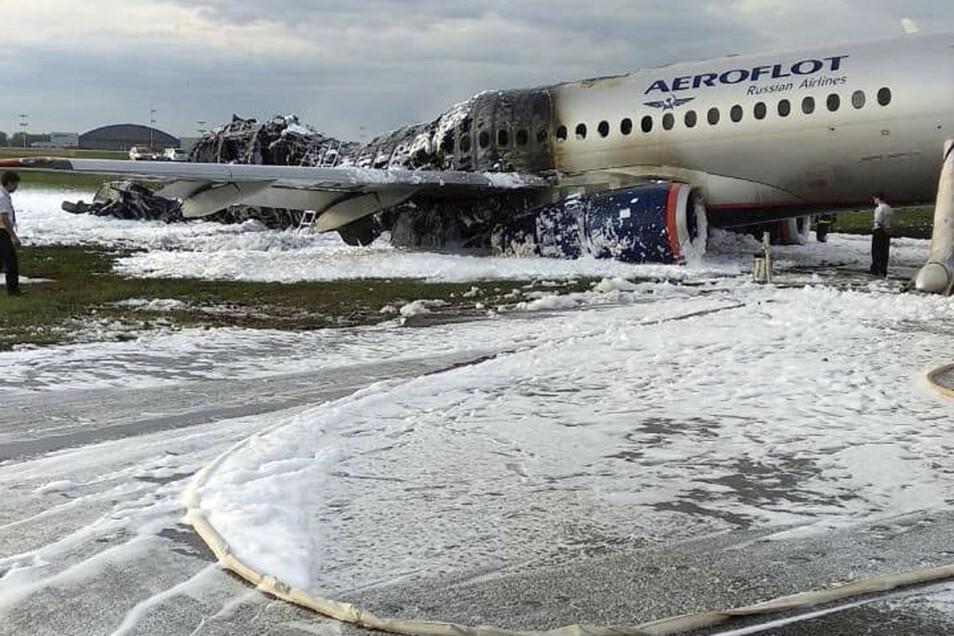 Ein teils ausgebranntes russisches Passagierflugzeugs steht auf dem Flughafen Scheremetjewo.