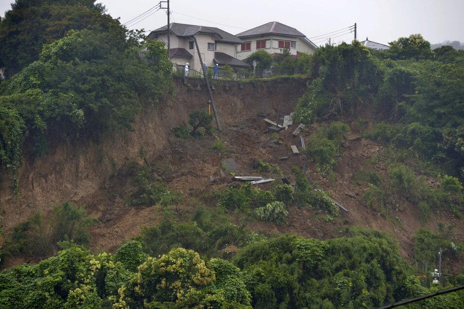 Japan, Zushi: Die Stelle einer Schlammlawine, die durch sintflutartigen Regen im Osten Japans ausgelöst wurde.
