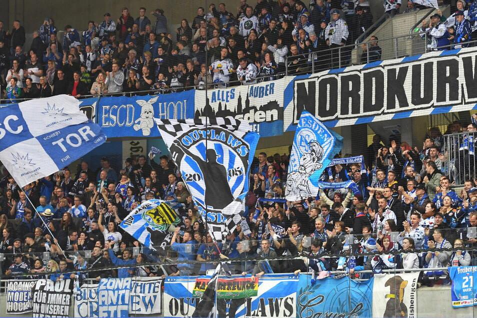 In der Nordkurve stehen die lautesten Anhänger der Dresdner Eislöwen. Die Hälfte der Hallenkapazität darf am Sonntag genutzt werden, weil auch der Klub auf 3G setzt.