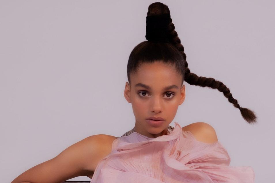 Entdeckung: Yenni Schwan tritt als neuer Stern am Modelhimmel in die Fußstapfen des Dresdner Topmodels Nicole Atieno.