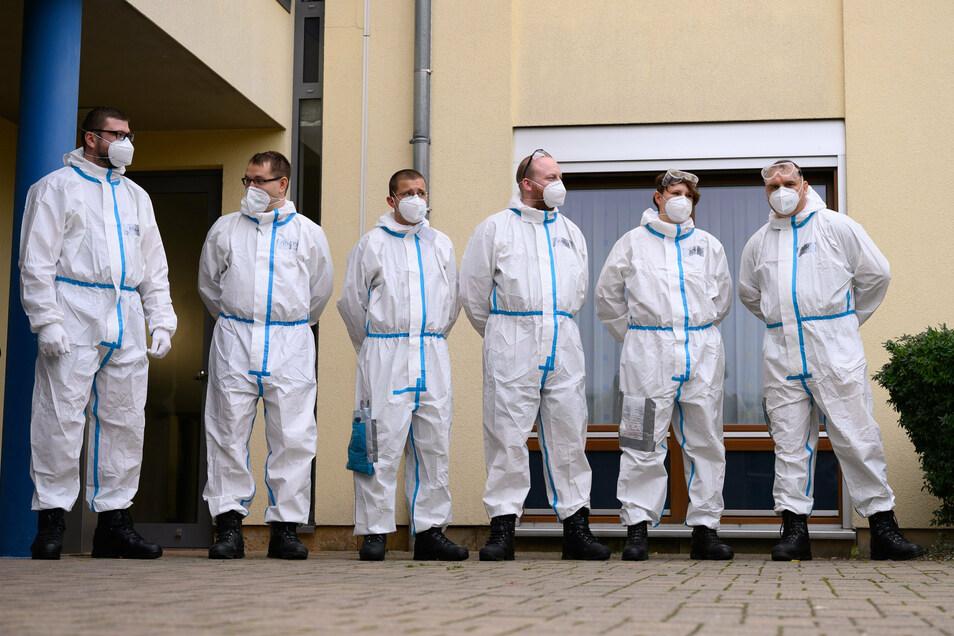 Soldaten der Bundeswehr stehen anlässlich eines Pressetermins in Schutzanzügen vor einem Freitaler Seniorenheim. Auch im Landkreis Meißen helfen Soldaten jetzt dem Gesundheitsamt, den Elblandkliniken und Seniorenheimen.