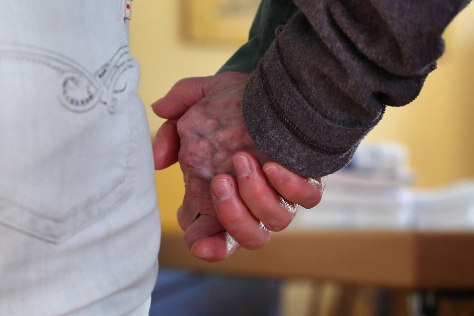 Gegen die Einsamkeit: Im Kreis Bautzen werden Leute gesucht, die sich als Alltagsbegleiter für Senioren engagieren wollen.