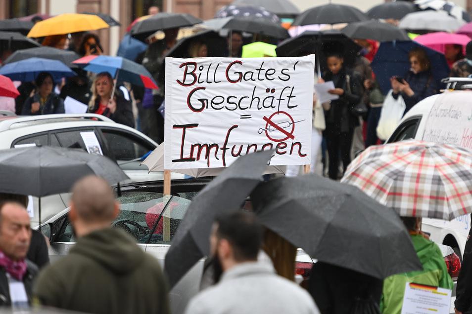 Schild auf einer Demo gegen Corona-Maßnahmen in Frankfurt/Main.