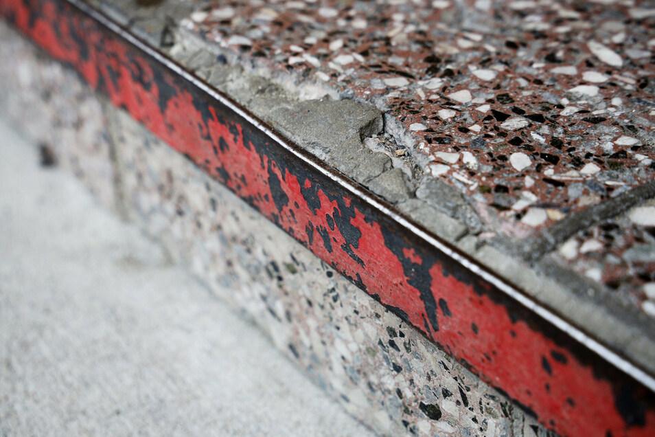 Auch den Stufen vorm Heim nagt die Witterung. Eine solche Metallleiste hat sich vor Kurzem schon abgelöst, die Stufe wurde erneuert.