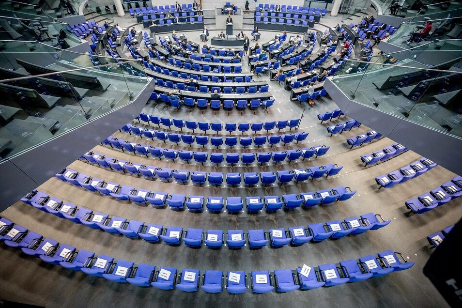 Berlin: Stühle für die Abgeordneten, aufgenommen im Plenum in Deutschen Bundestag.