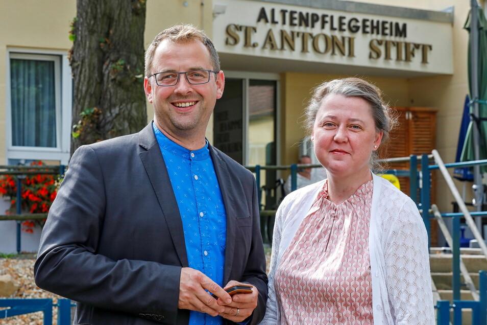 Andreas Oschika und Juliane Schönfelder vor dem St.-Antoni-Stift in Ostritz.
