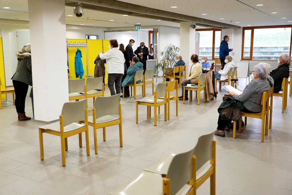400 Frauen und Männer über 80 Jahre haben sich für die Impfung registriert.