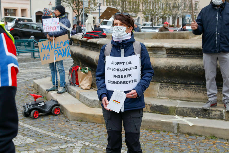 Um den Herkulesbrunnen auf der Neustadt in Zittau zeigten die Kritiker der Corona-Maßnahmen ihren Protest.