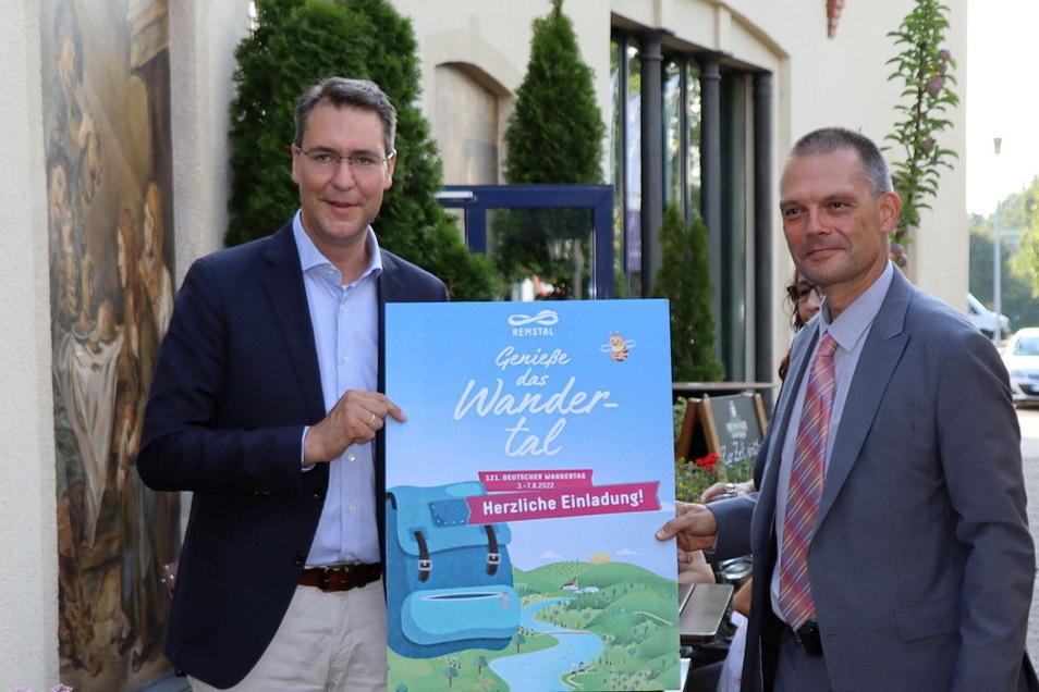 Landrat Richard Sigel (l.) mit einer Einladung an Landrat Ralf Hänsel zum nächsten Partnerschaftstreffen im Jahr 2022.
