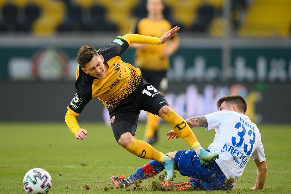 Dynamos Jonathan Meier wird von Uerdingens Patrick Göbel gefoutl. Das Spiel war von vielen Zweikämpfen geprägt und ging am Ende 0:0 aus.