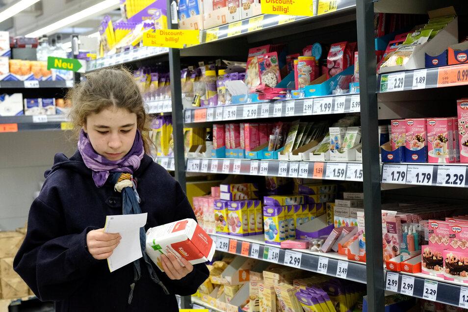 Lea Hübschmann überprüft den Einkaufszettel – damit sie nichts vergisst.